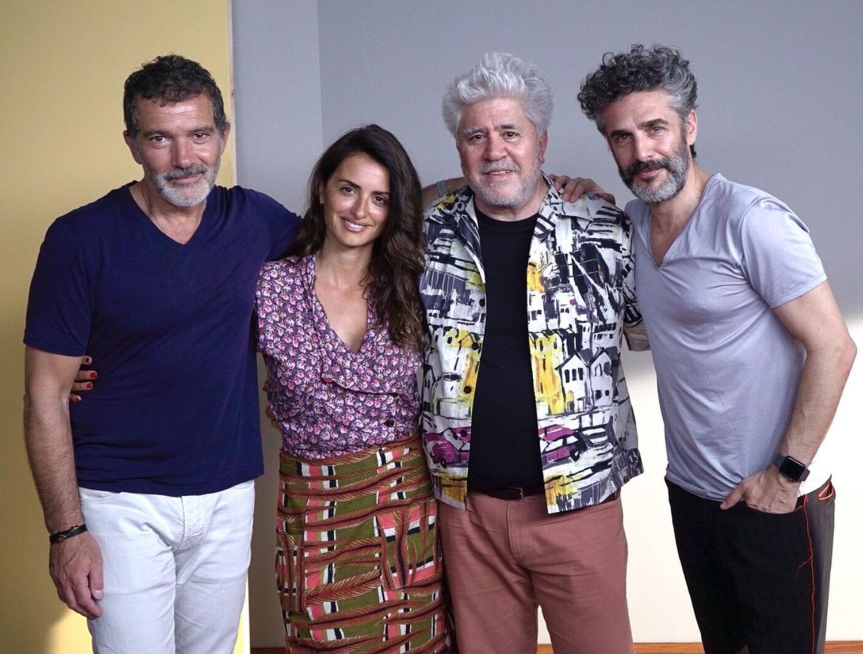 Director con actores de DOLOR Y GLORIA